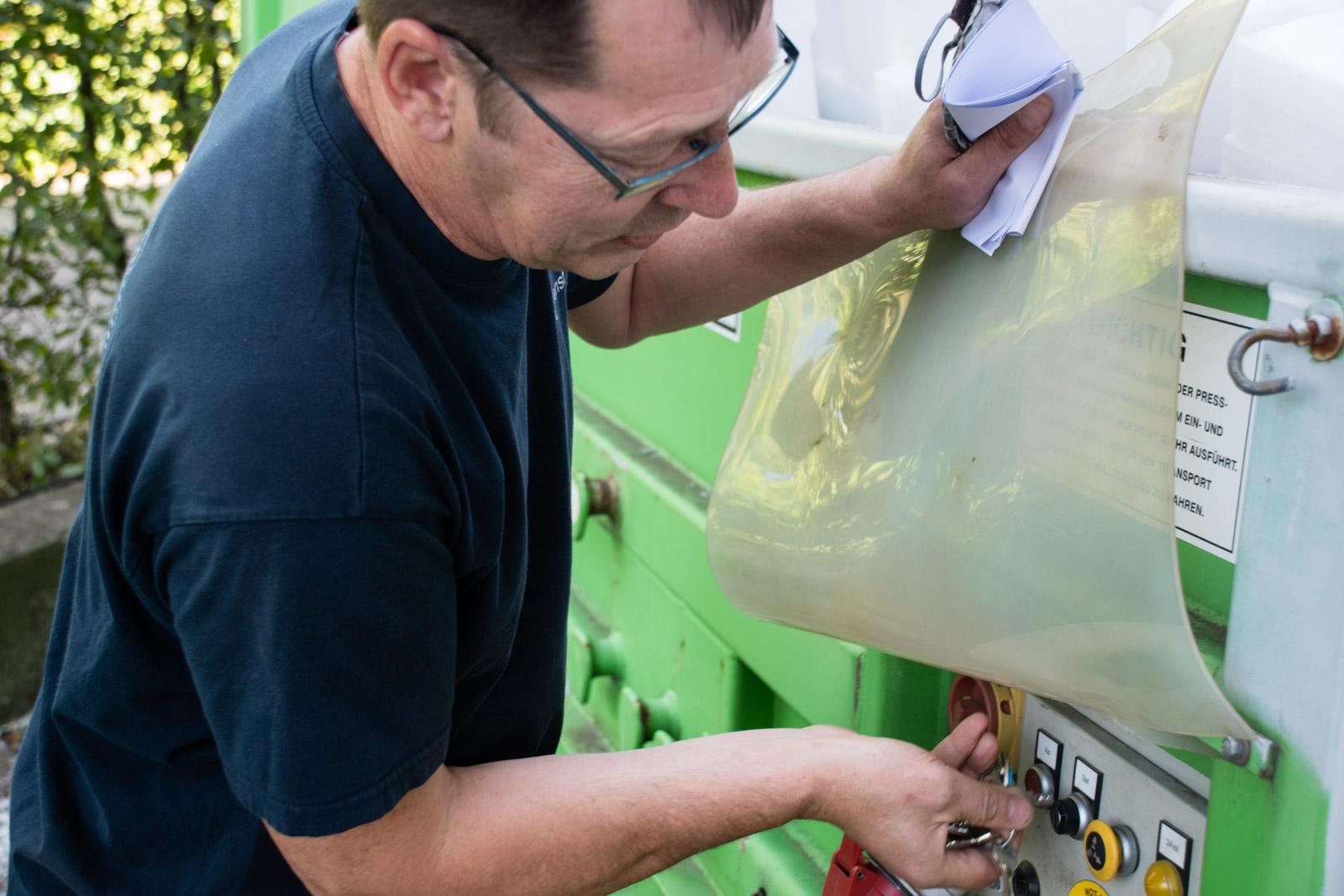 Hausmeister Seidel stellt die Müllmaschine an