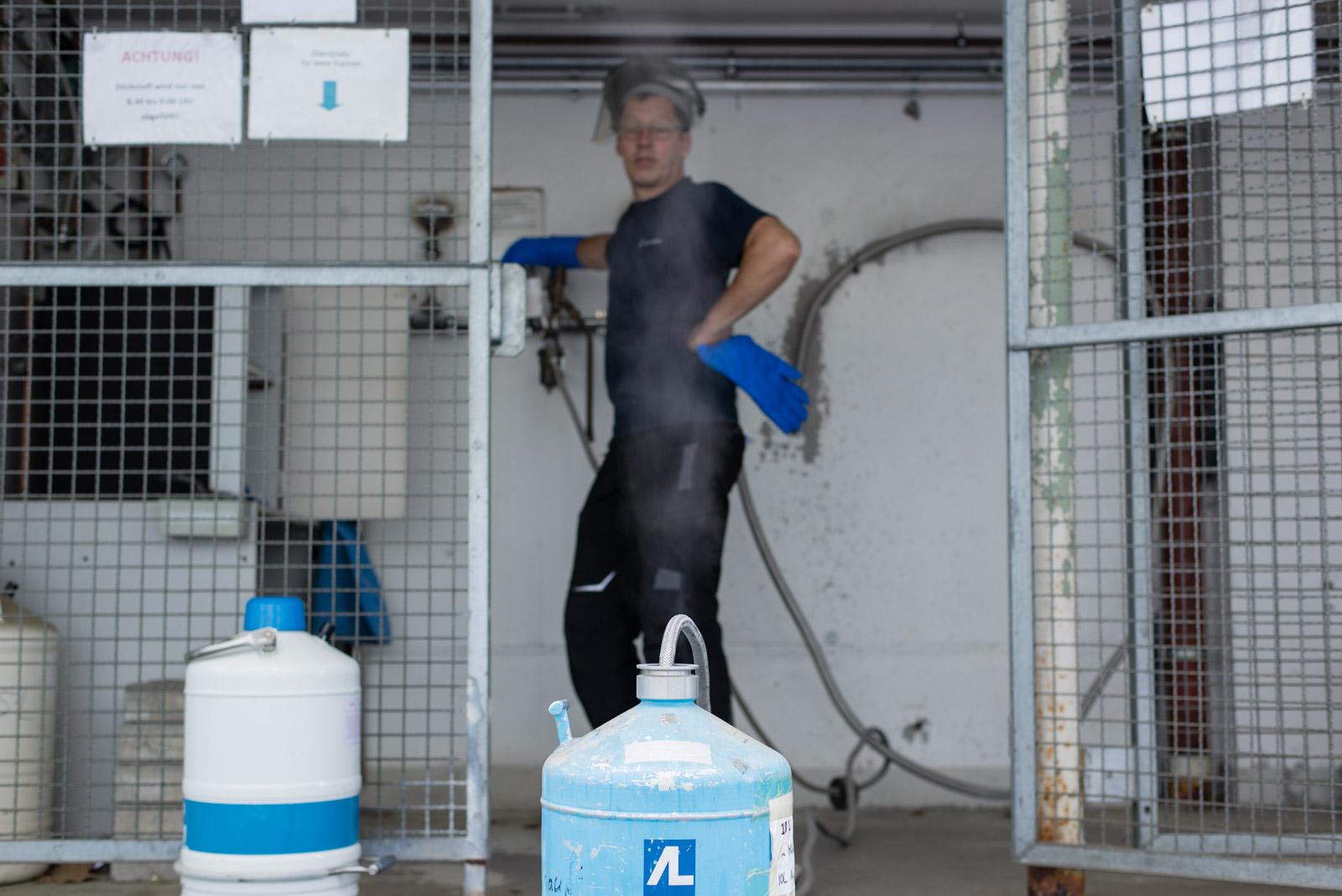 Hausmeister Seidel dreht den Stickstoffhahn auf