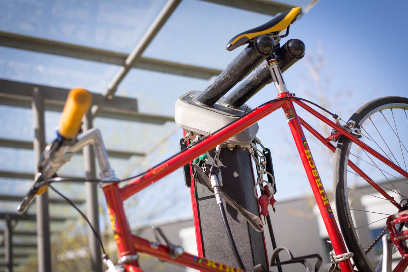 rotes Fahrrad an Reperaturständer