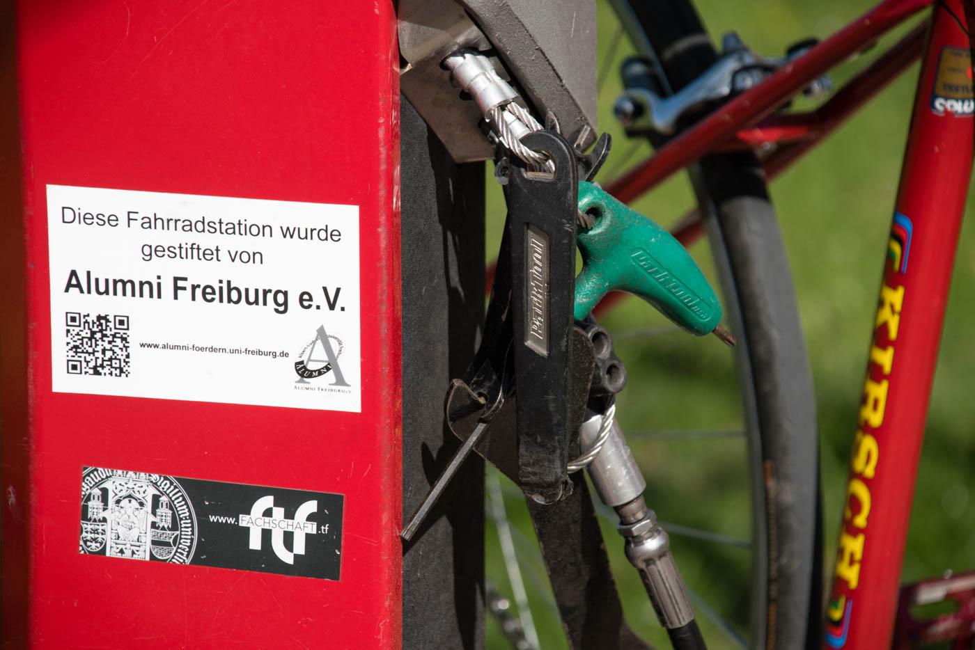 Fahrradstation von nahem mit Schild: Alumni Freiburg e.V.