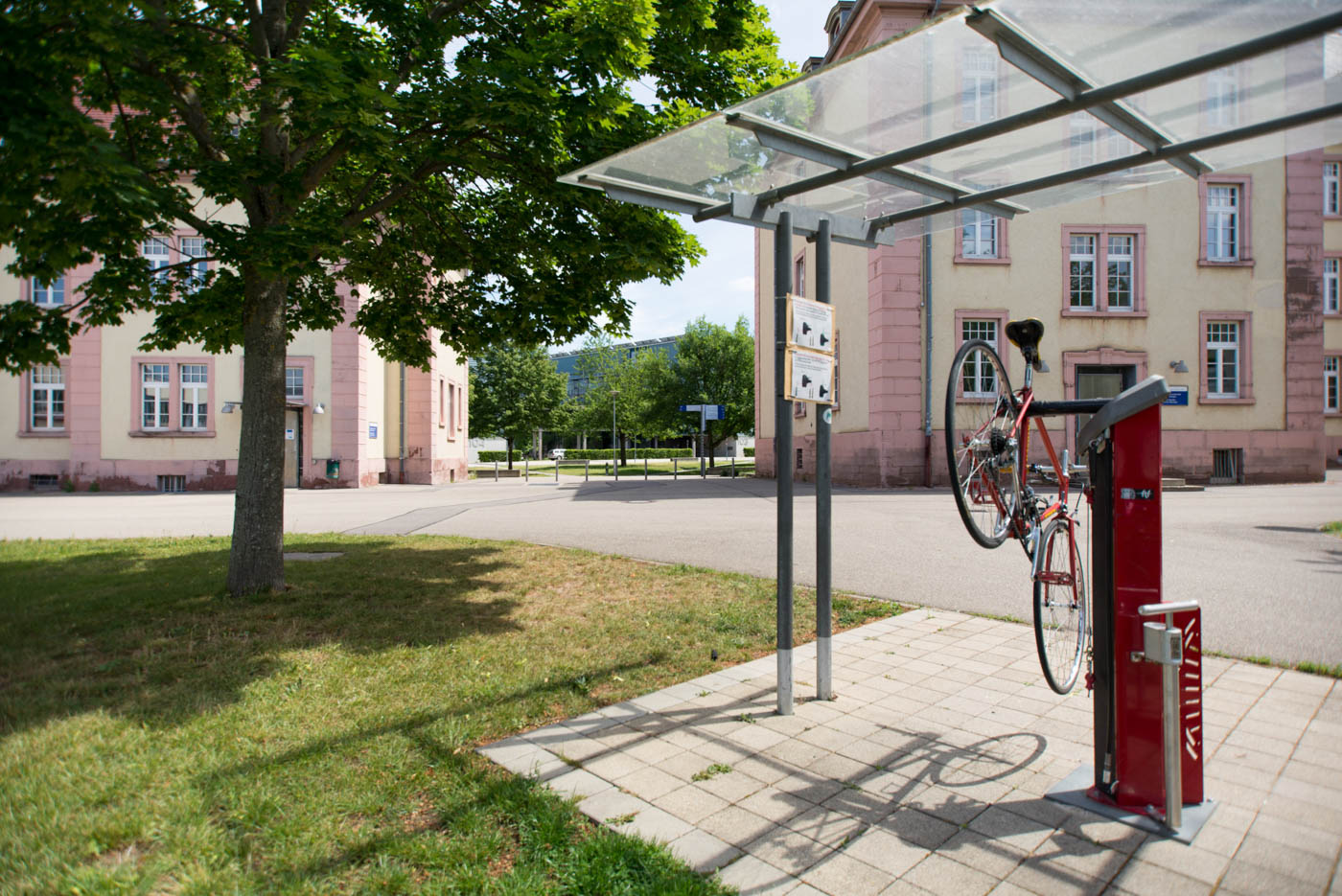 Fahrradreperaturständer mit alten Gebäuden im Hintergrund.