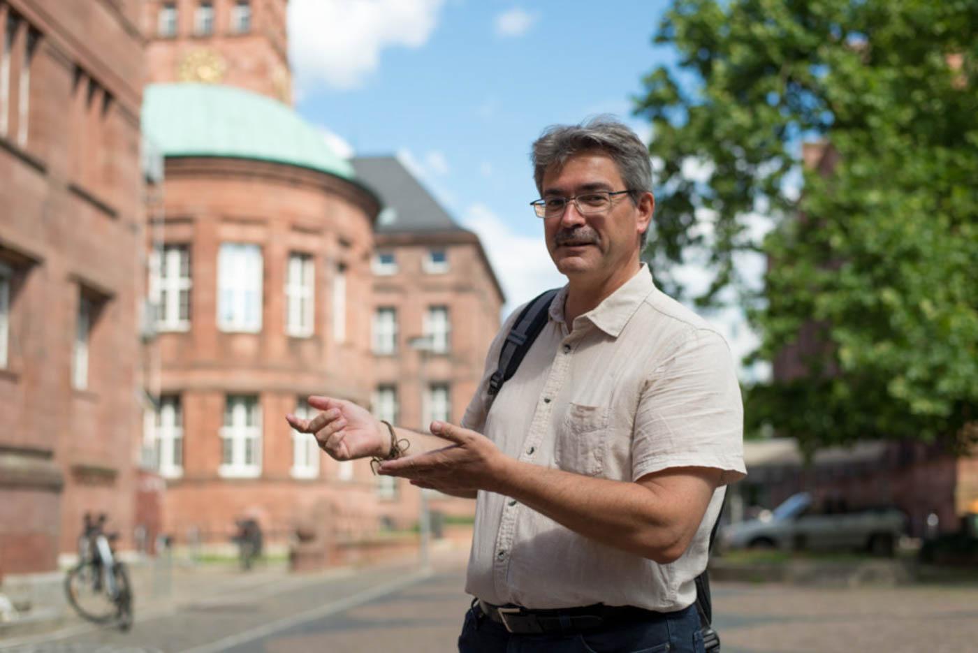 Herr Faller gestikuliert vor KGI