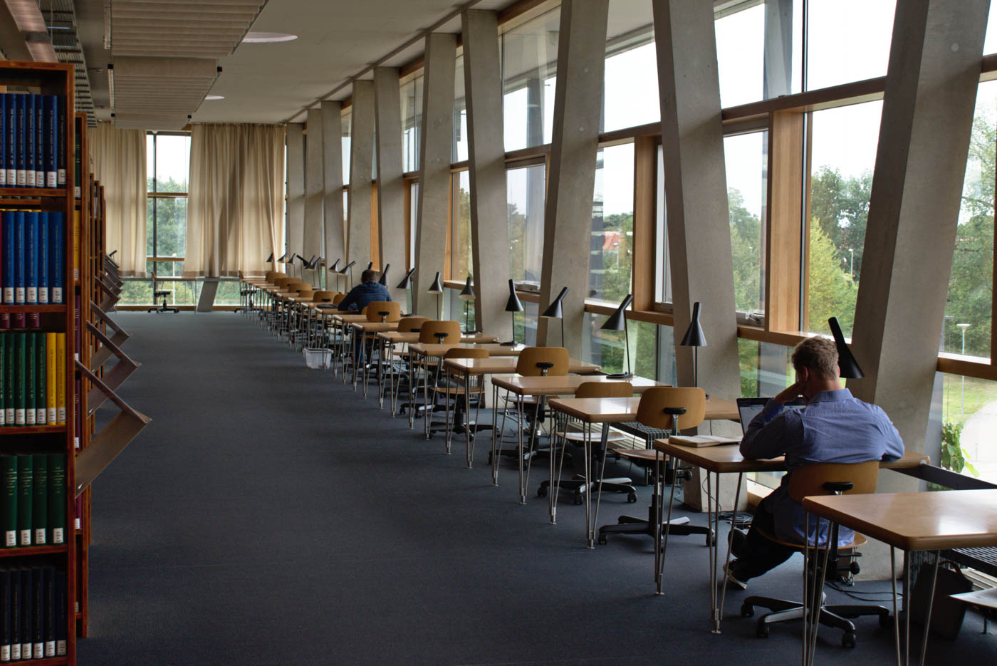 Lernende in der Bibliothek der TF