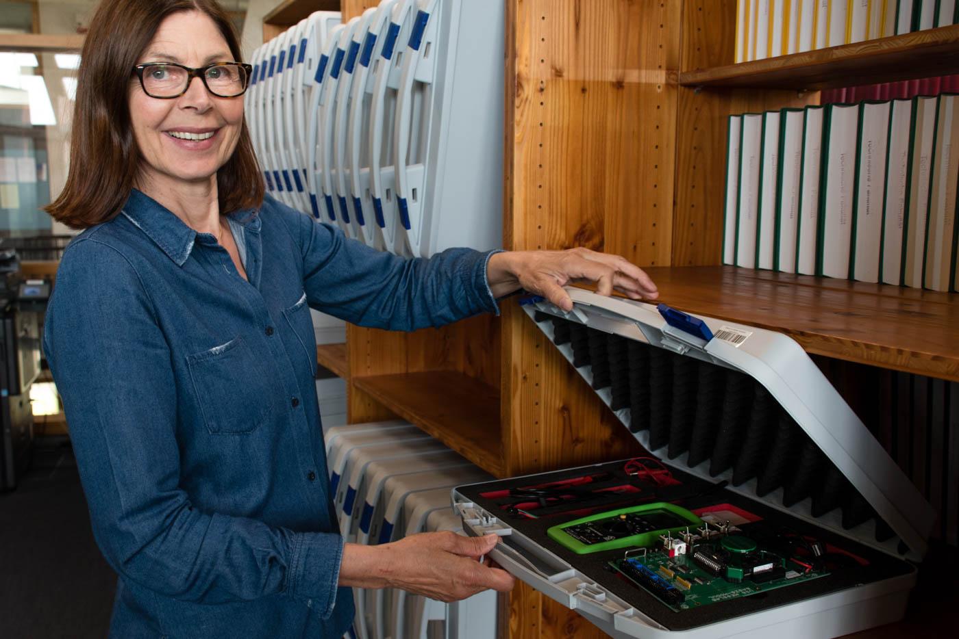 Frau Hauser öffnet einen Praktikumskoffer
