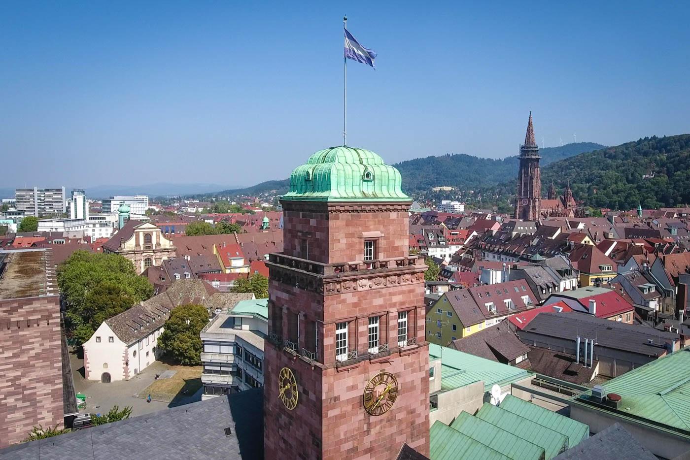Turm des KGI mit Münster im Hintergrund