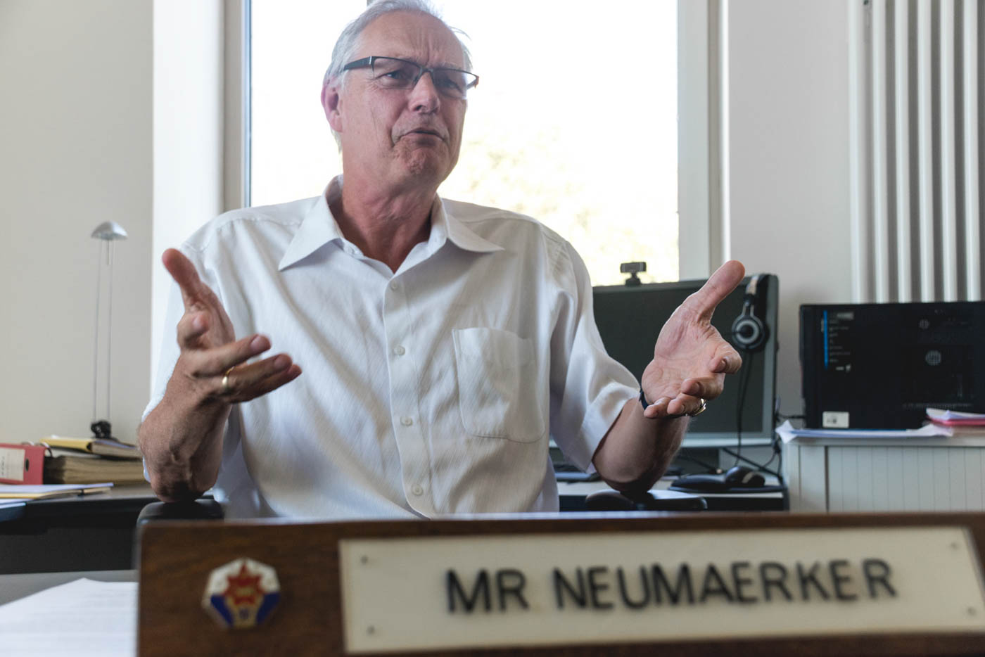 Herr Neumärker an seinem Schreibtisch