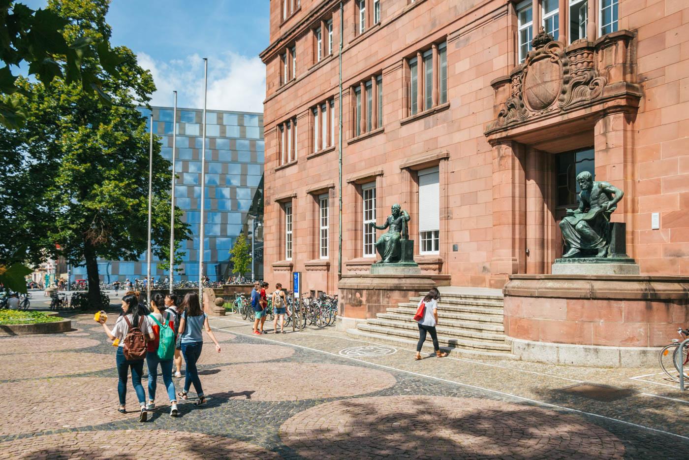Vier Studentinnen spazieren vor dem KGI
