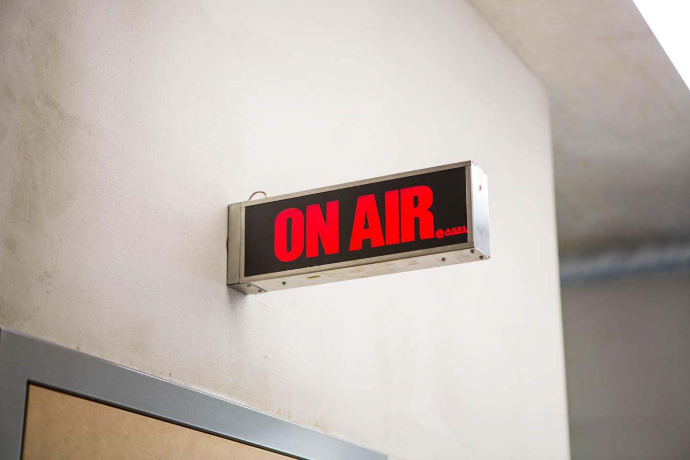 On-Air-Schild über Tür zum Tonstudio