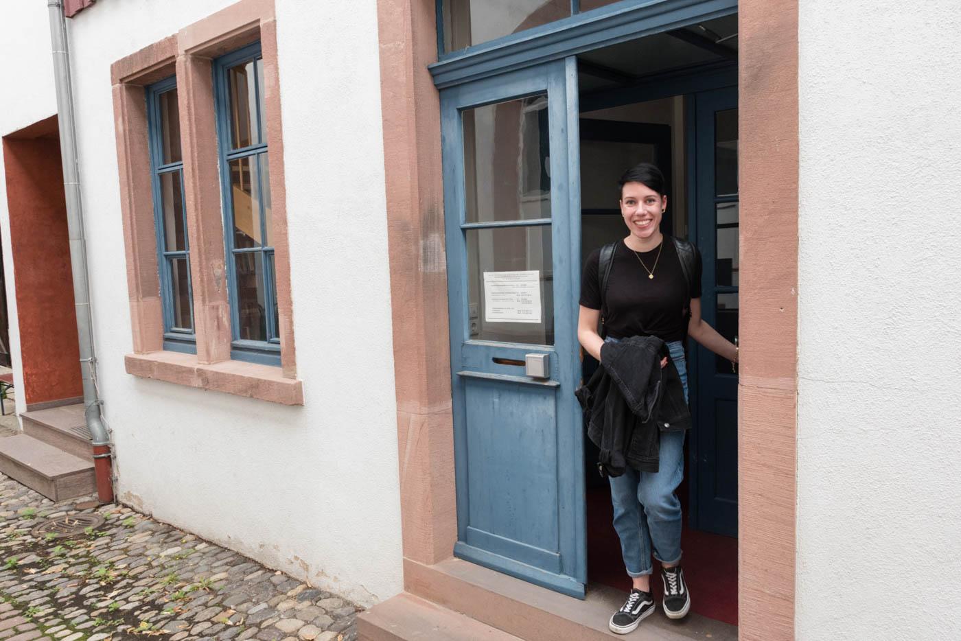Samira verlässt das Institutsgebäude