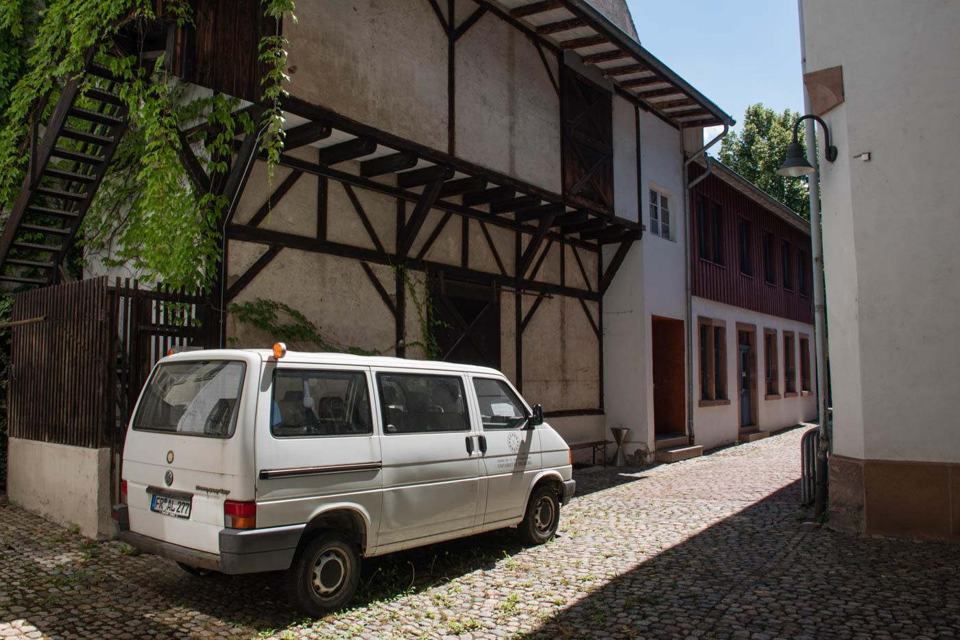 Innenhof der UFG mit weißem Institutsbus