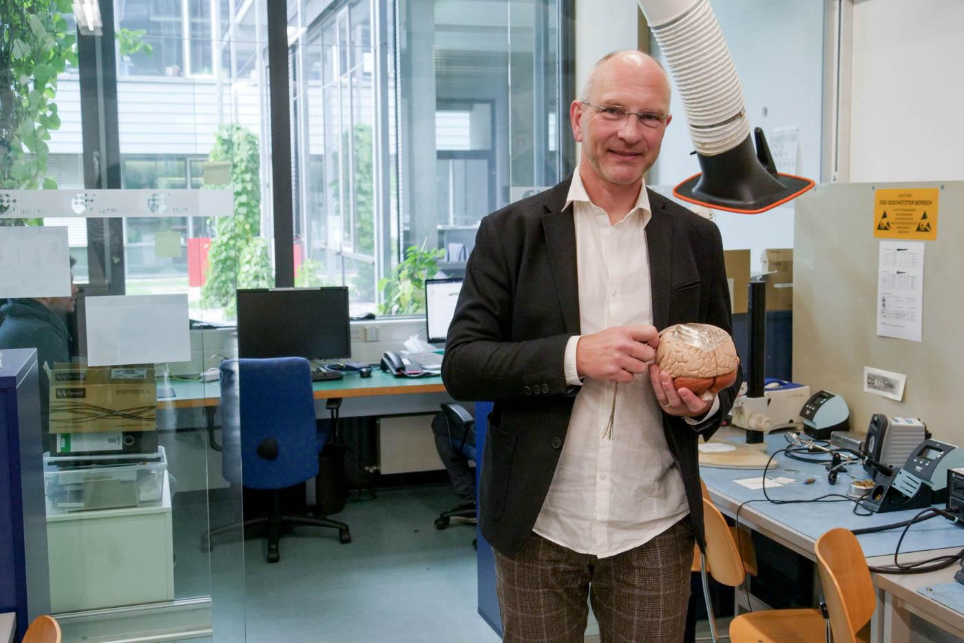 Herr Stiglitz mit einem Gehirnmodel in der Hand