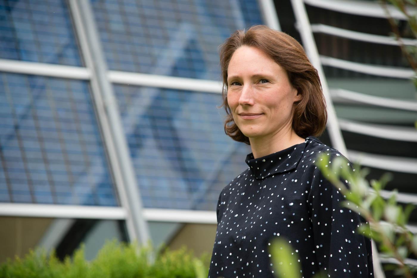 Frau Weidlich vor Solarpanels
