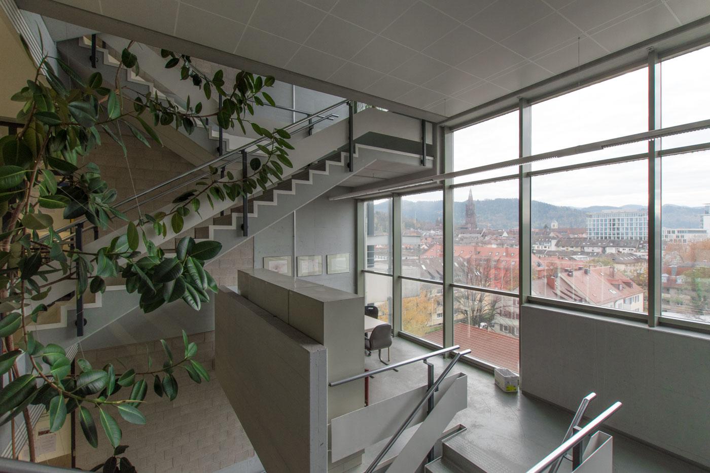 Fenster im Treppenhaus der Chemie