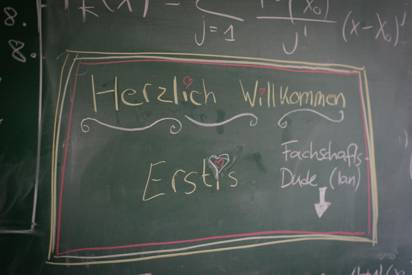 """Tafel mit """"Herzlich Willkommen"""" in Fachschaftsraum Mathematik"""