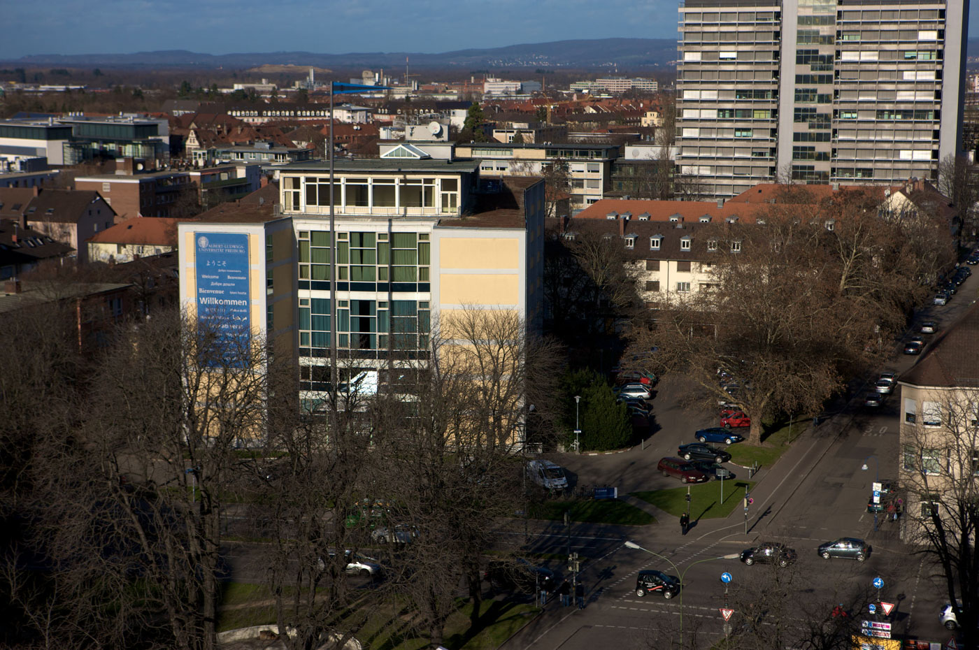 Das Rektorat. Im Hintergrund das Chemie Hochhaus.