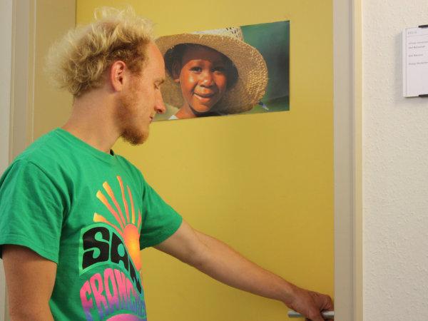 Student öffnet Tür zu einem Raum.