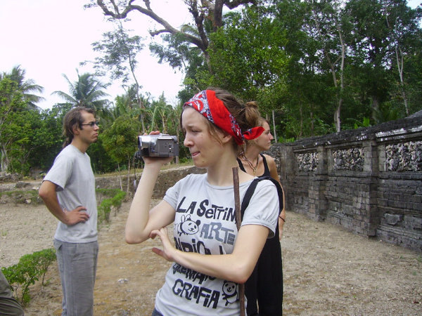 Studentin filmt bei Feldforschung vor Ort.